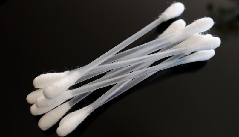 トラックボールマウスのセンサーに付着した汚れでティッシュで取り切れない場合は綿棒が有効